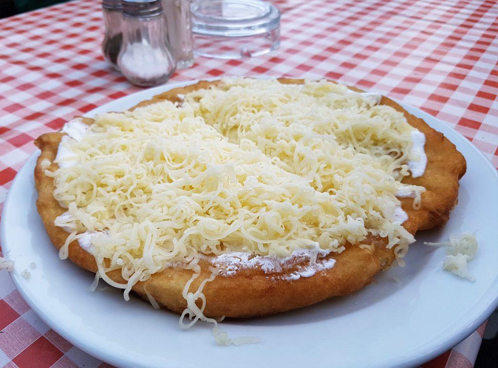 langos eten in hongarije